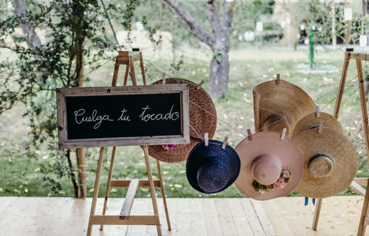 decorar una boda con personalidad detalles sombreros